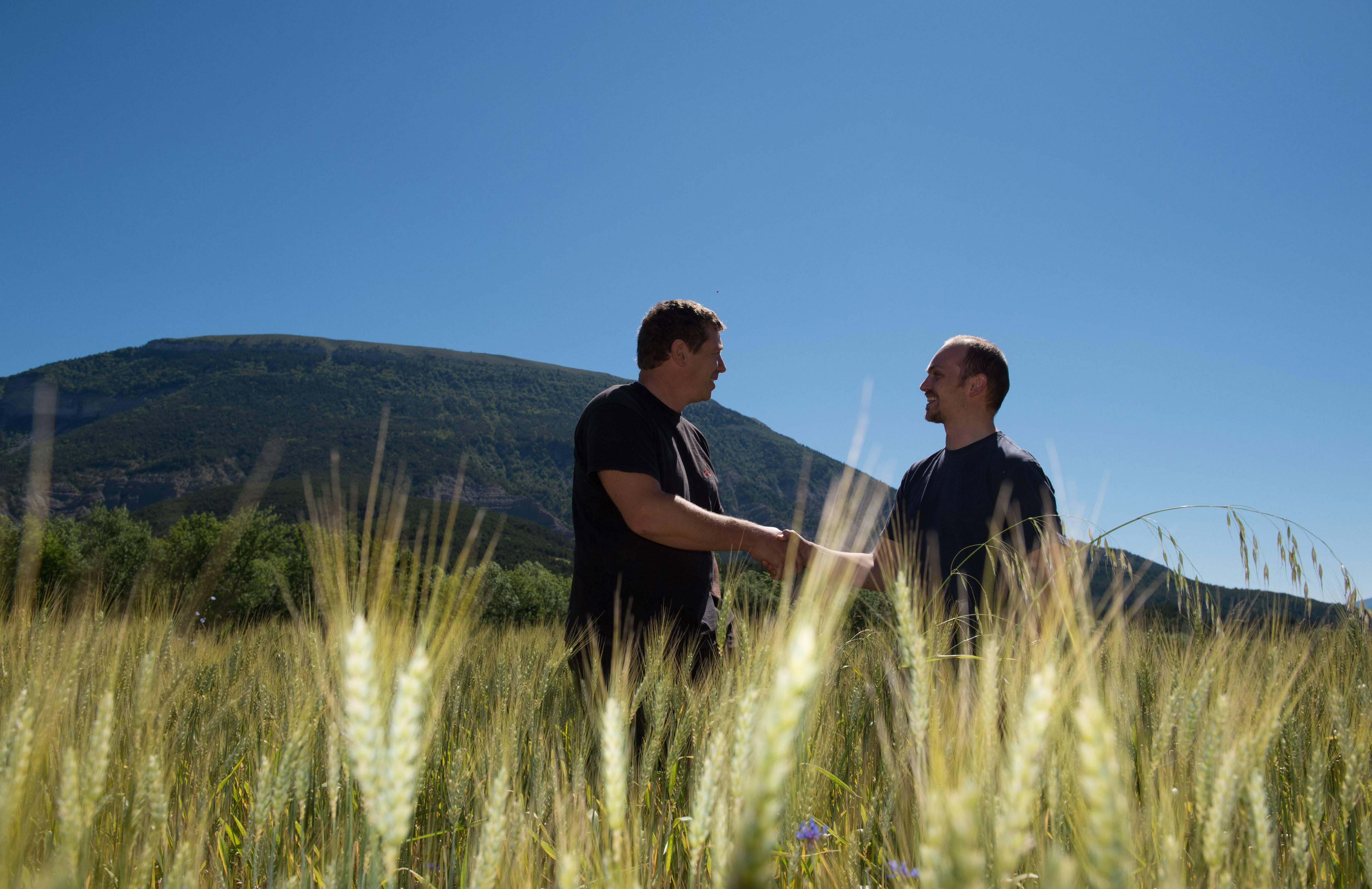 Biopartenaire deux producteurs qui se serrent la main commerce équitable agriculture bio